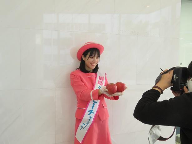 神戸新聞社での写真撮影の様子
